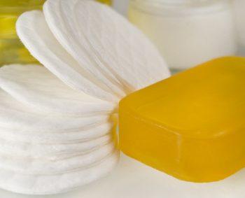 Der Artikel erklärt wie natürliche Seife hergestellt wird.