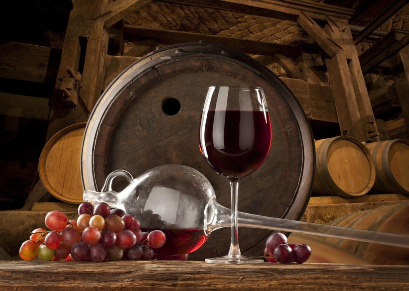 Ein Glas Wein im Weinlager