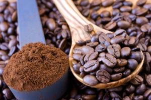 Kaffeebohnen und Pulver