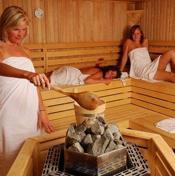 Einatmen und sich wohl fühlen - Das kann ein Kräuteraufguss in der Sauna