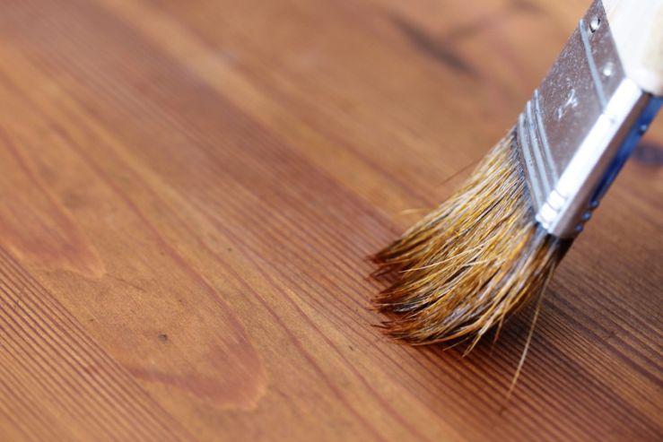 Natürliche Beize: So färben Sie Holz natürlich ein