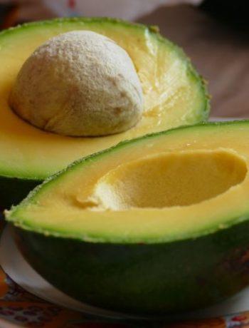 Nudeln mit Avocado-Rucola-Pesto und Garnelen